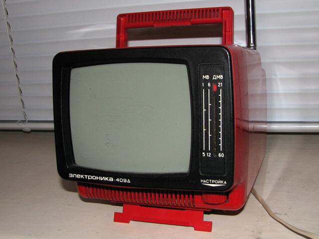 Продам телевизор черно-белый Электроника 409Д - малогабаритный, переносной.  Размер экрана по диагонали 16 см...