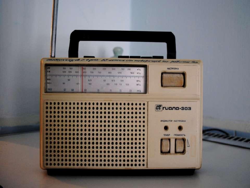работающий радиоприемник.