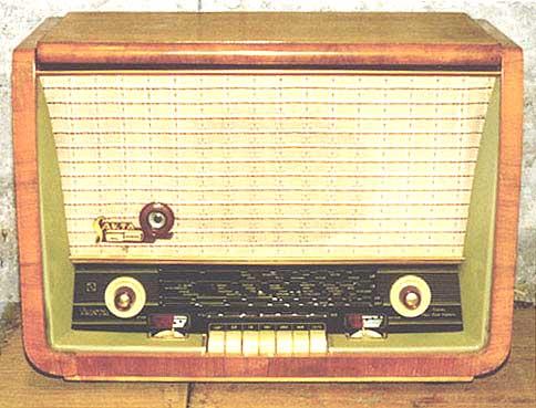 Куплю ламповую радиолу,радиоприемник советского периода.  Эстонию,Латвию,Мир,Беларусь и пр... Может у кого осталась...