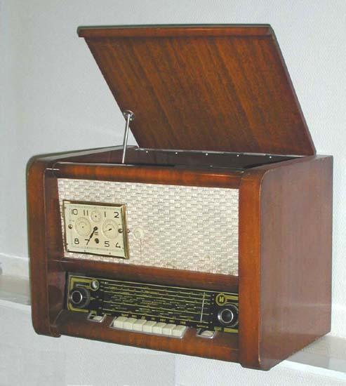"""Радиола  """"Рассвет """".  Модель 1959 года."""
