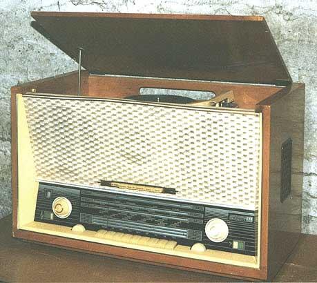 """Радиола  """"Беларусь-62 """".  Модель 1962 года.  Минский радиозавод."""
