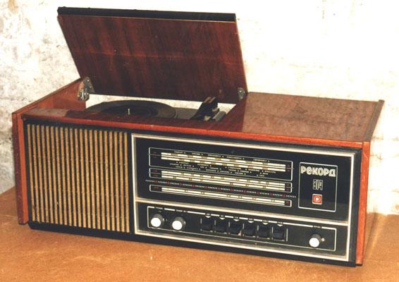 Радиола состоит из супергетеродинного радиоприёмника 3 класса и электропроигрывающего устройства 2-ЭПУ-40 или...